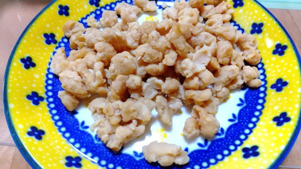 大豆ミートを塩胡椒で炒めてお皿に載せた状態