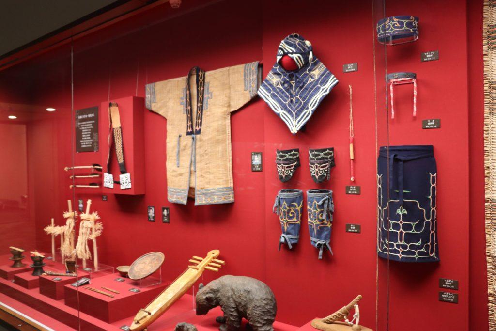 旭川市博物館のアイヌの服などの展示