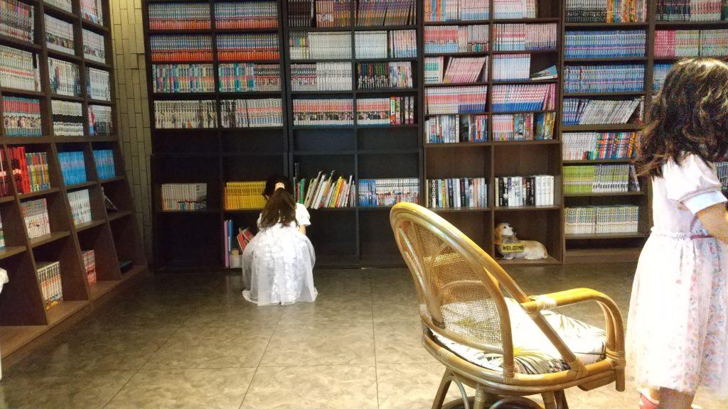 ホテルリベリテ旭川のロビーの本棚